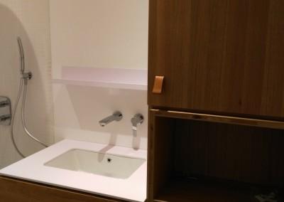 Lavabo avec robinetterie encastrée